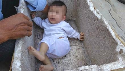 Bé gái 6 tháng tuổi bị bỏ rơi trong thùng xốp trước nhà người dân - Ảnh 1