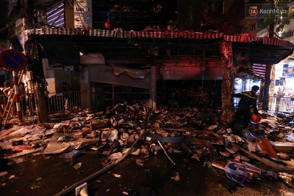 Cháy nhà 5 tầng phố cổ: Chủ nhà hốt hoảng lục tìm két sắt và sổ nợ - Ảnh 4