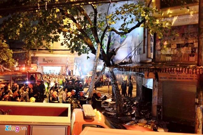 Cháy nhà 5 tầng phố cổ Hà Nội, cảnh sát phải đập cửa vào dập lửa - Ảnh 1