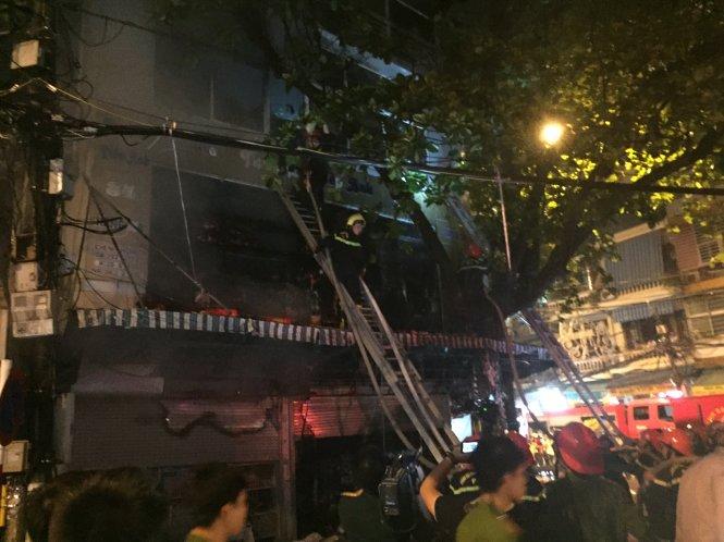 Cháy nhà 5 tầng phố cổ Hà Nội, cảnh sát phải đập cửa vào dập lửa - Ảnh 2