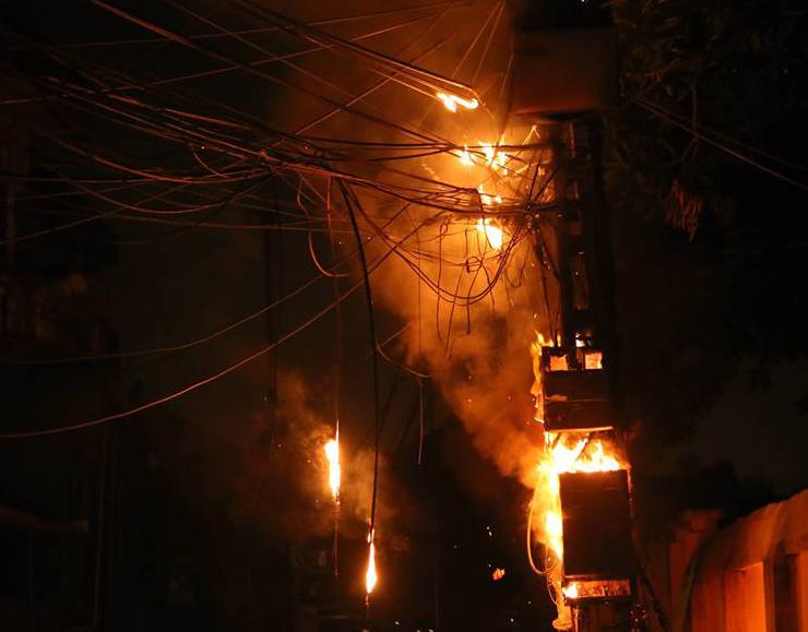 Cột điện cháy dữ dội trong đêm tại Hà Nội - Ảnh 1
