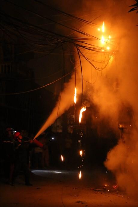Cột điện cháy dữ dội trong đêm tại Hà Nội - Ảnh 3
