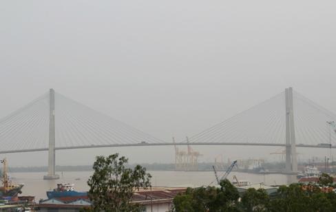 """""""Mù khô"""" do ô nhiễm xuất hiện dày đặc tại các tỉnh Đông Nam Bộ - Ảnh 3"""