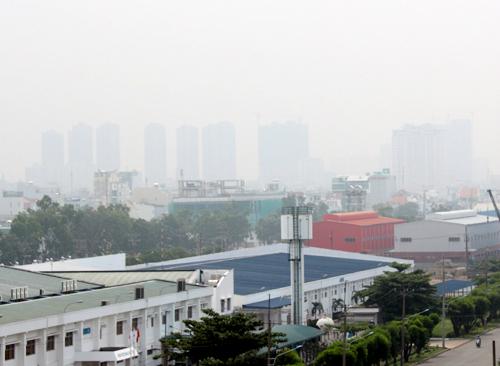 """""""Mù khô"""" do ô nhiễm xuất hiện dày đặc tại các tỉnh Đông Nam Bộ - Ảnh 1"""