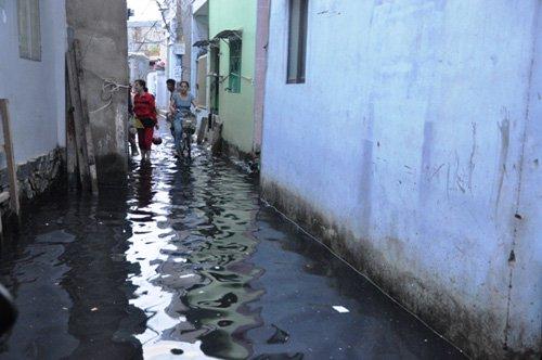 Người Sài Gòn lại khổ sở dọn bùn đen do mưa lớn - Ảnh 1