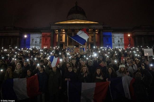 Khủng bố tại Pháp: Biển người trên khắp thế giới tưởng niệm các nạn nhân  - Ảnh 2