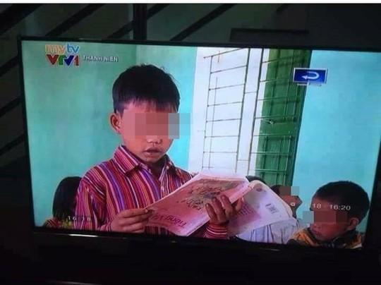 Cầm sách giáo khoa ngược, học sinh vùng cao vẫn đọc bài trôi chảy - Ảnh 1