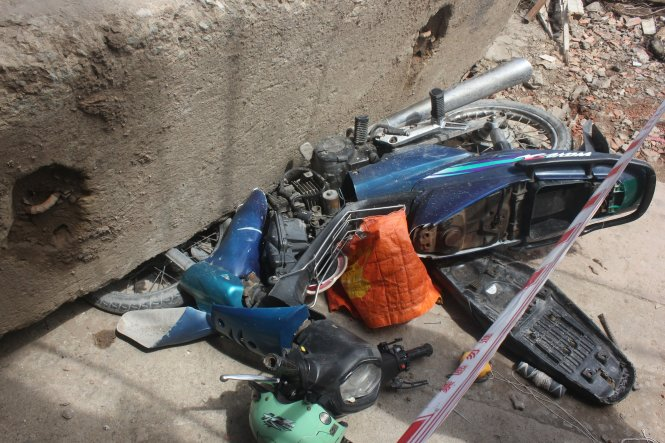 Đứng tim nhìn tấm bê tông trăm tấn đè bẹp nhiều xe máy - Ảnh 3
