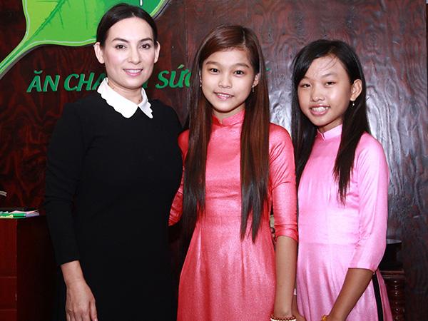 Phi Nhung tiếp tục nhận 2 ca sĩ nhí làm con nuôi - Ảnh 1