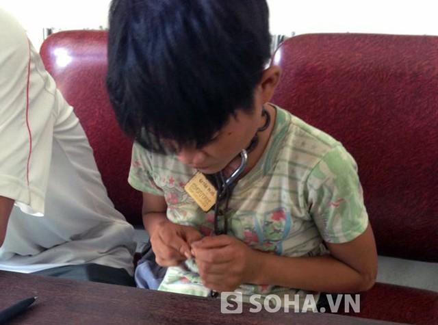 Tiết lộ bất ngờ về đứa trẻ bị khóa xích cổ lang thang trên đường - Ảnh 2