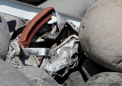 Mảnh kim loại mới được tìm thấy trên đảo Reunion không liên quan đến MH370 - Ảnh 1