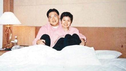 Trung Quốc: 'Hổ' sa lưới từ hình chụp với người tình trên giường - Ảnh 1