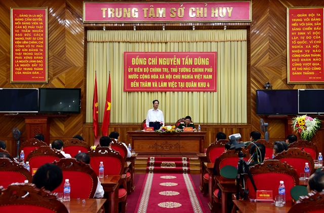 Thủ tướng Nguyễn Tấn Dũng thăm, làm việc tại Quân khu 4 - Ảnh 2