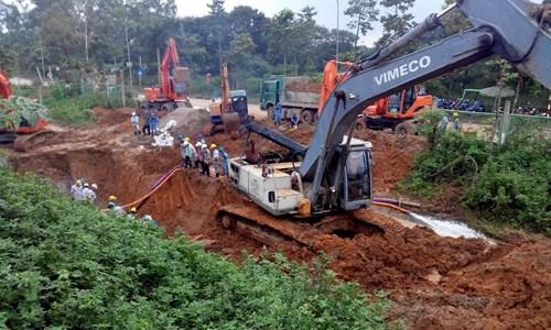 Hiện trường vụ vỡ đường ống nước sông Đà - Ảnh 6