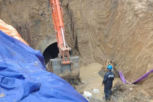 Hiện trường vụ vỡ đường ống nước sông Đà - Ảnh 4