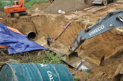 Hiện trường vụ vỡ đường ống nước sông Đà - Ảnh 2