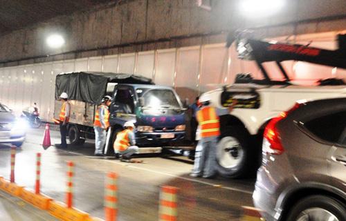 Xe tải bốc khói mù mịt trong hầm vượt sông Sài Gòn - Ảnh 1