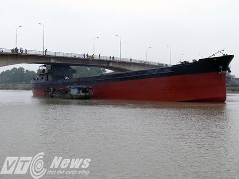 Phải mất nhiều ngày mới giải cứu được tàu mắc kẹt ở Hải Dương - Ảnh 2
