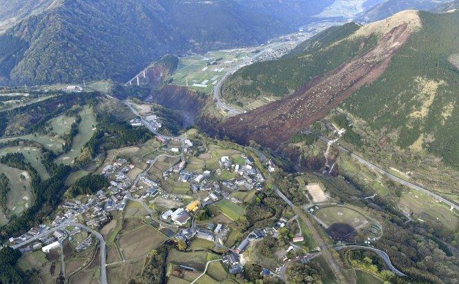 Đường phố miền nam nước Nhật nứt toác sau trận động đất thứ 2 - Ảnh 1
