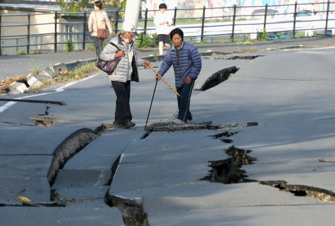 Đường phố miền nam nước Nhật nứt toác sau trận động đất thứ 2 - Ảnh 6