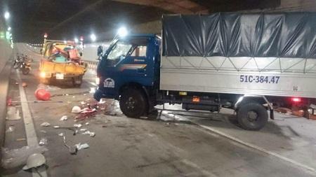 Xe tải mất lái trong hầm Thủ Thiêm, 5 công nhân thương vong - Ảnh 1