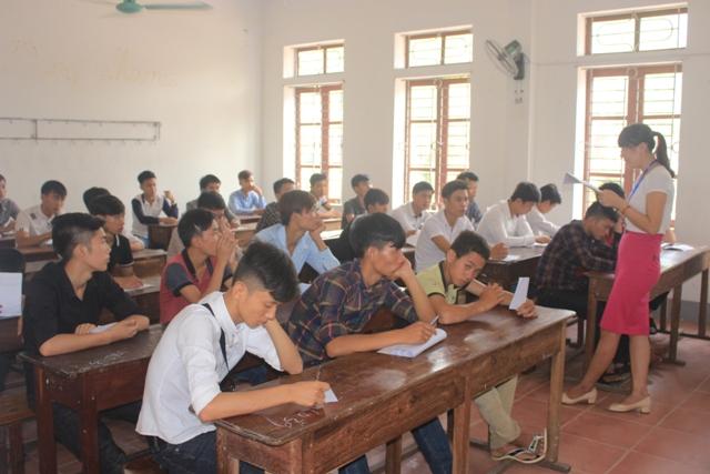 Hàng ngàn thí sinh miền Trung làm thủ tục dự thi THPT Quốc gia 2016 - Ảnh 12