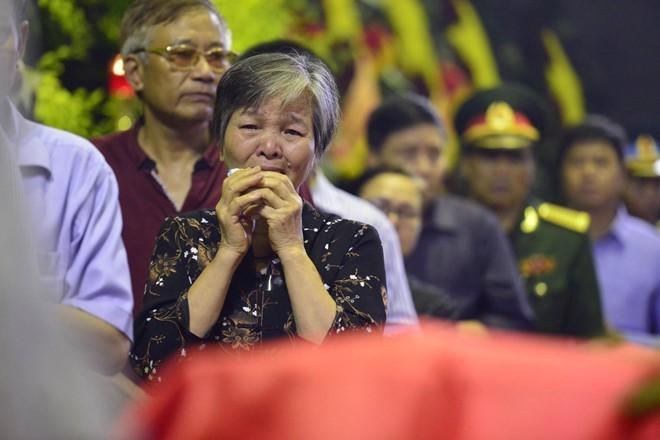 Nước mắt tuôn rơi trong tang lễ phi hành đoàn CASA-212 - Ảnh 1