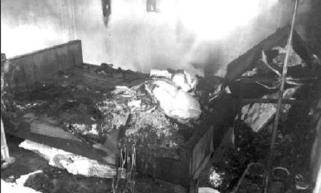 Con trai đốt nhà, định hại mẹ già vì không cho tiền trả nợ - Ảnh 1