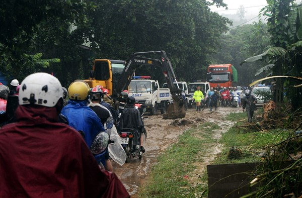 Lũ lớn gây sạt lở đường, hàng ngàn du khách mắc kẹt tại Sa Pa - Ảnh 3