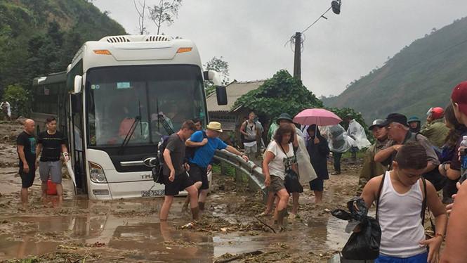Lũ lớn gây sạt lở đường, hàng ngàn du khách mắc kẹt tại Sa Pa - Ảnh 2