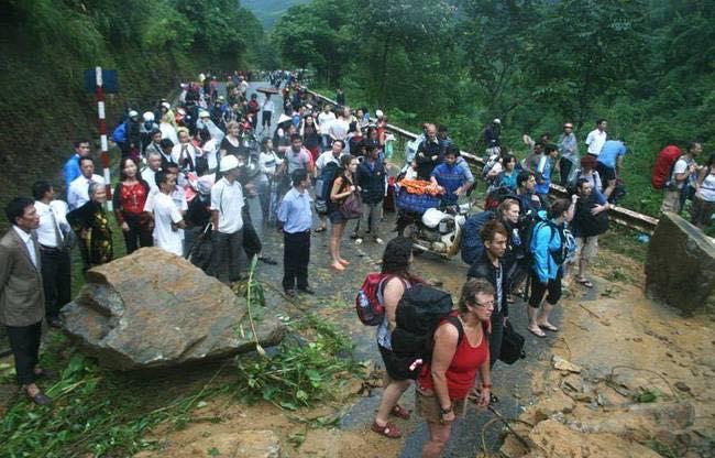 Lũ lớn gây sạt lở đường, hàng ngàn du khách mắc kẹt tại Sa Pa - Ảnh 1
