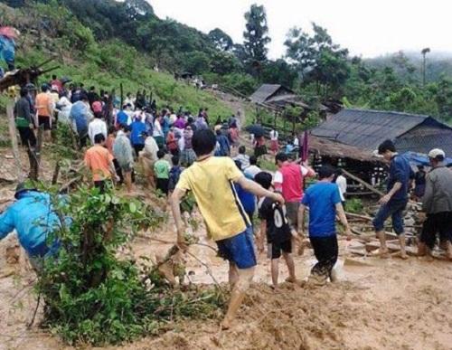 Gần 200 người vào rừng tìm kiếm 5 người bị lũ cuốn mất tích - Ảnh 1