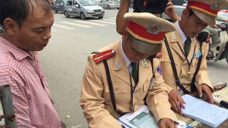 """CSGT kết hợp cựu chiến binh """"xử"""" xe thương binh giả - Ảnh 1"""