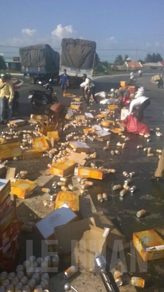 Nước ngọt đổ, tài xế rơi nước mắt với hành động của người dân - Ảnh 2