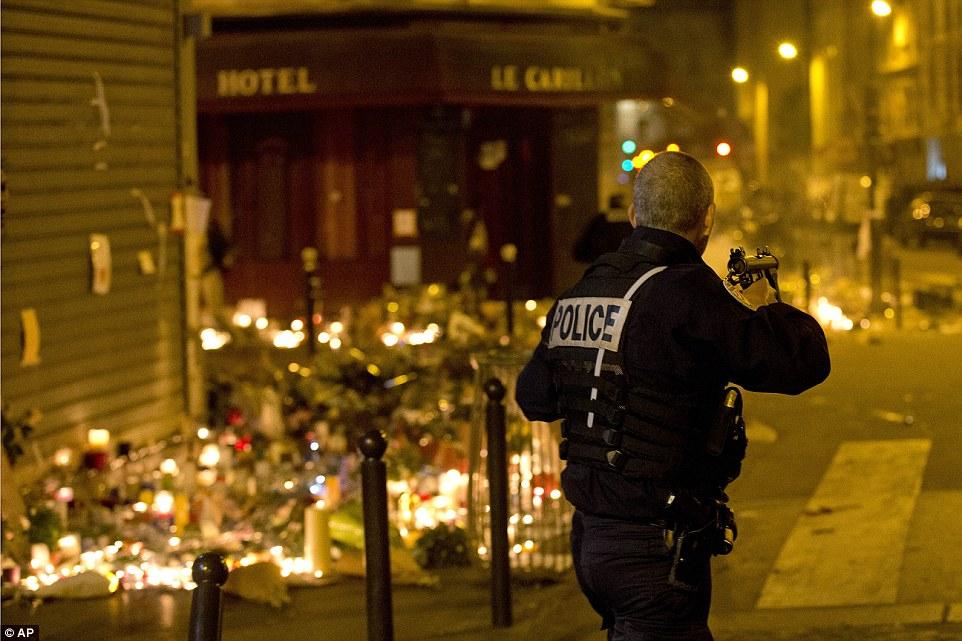 Dân Pháp chạy loạn trong lúc tưởng niệm nạn nhân tại Paris vì nghi xả súng - Ảnh 9