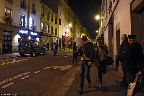 Dân Pháp chạy loạn trong lúc tưởng niệm nạn nhân tại Paris vì nghi xả súng - Ảnh 5