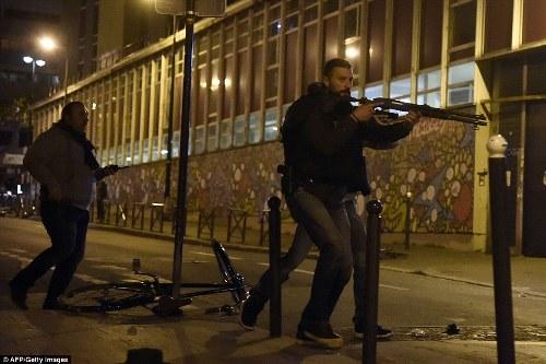 Dân Pháp chạy loạn trong lúc tưởng niệm nạn nhân tại Paris vì nghi xả súng - Ảnh 6