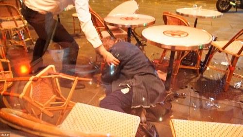 Dân Pháp chạy loạn trong lúc tưởng niệm nạn nhân tại Paris vì nghi xả súng - Ảnh 8