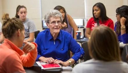 Cụ bà 87 tuổi trở thành tân cử nhân đại học - Ảnh 1