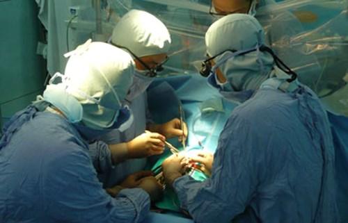 Kỳ 4: Ca phẫu thuật cứu sống bé 28 ngày tuổi và bệnh nhân Lào suýt vỡ động mạch - Ảnh 1