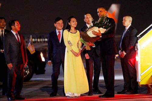 Cô gái tặng hoa ông Obama: 'Tay Tổng thống ấm lắm' - Ảnh 1