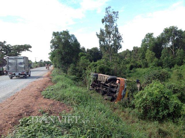 Long An: Xe buýt lao xuống ao, 10 người bị thương - Ảnh 1