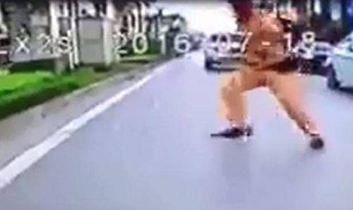 Tạm đình chỉ CSGT giơ chân làm người vi phạm ngã xuống đường - Ảnh 1