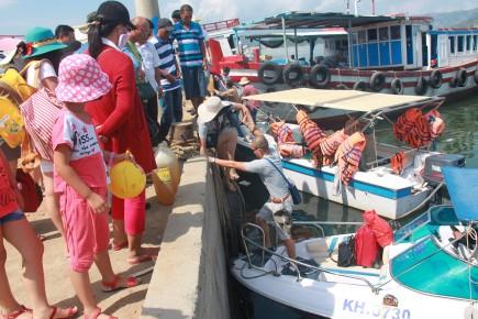 Khánh Hòa chấm dứt hoạt động các bè nổi trên vịnh - Ảnh 1