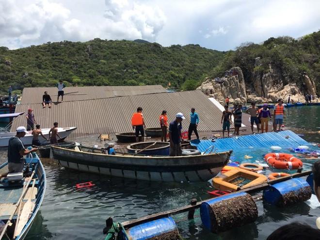 Hãi hùng giây phút nhà hàng nổi chìm nghỉm, 300 du khách rơi xuống biển - Ảnh 1