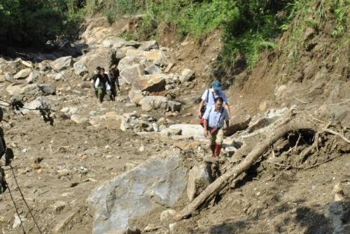 Chủ tịch Lào Cai vào hiện trường vụ sập hầm vàng, hỗ trợ gia đình thiệt hại - Ảnh 2