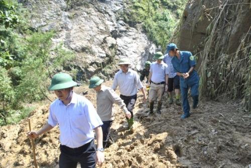 Chủ tịch Lào Cai vào hiện trường vụ sập hầm vàng, hỗ trợ gia đình thiệt hại - Ảnh 3