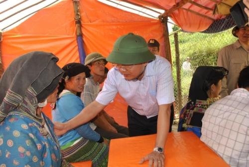 Chủ tịch Lào Cai vào hiện trường vụ sập hầm vàng, hỗ trợ gia đình thiệt hại - Ảnh 6