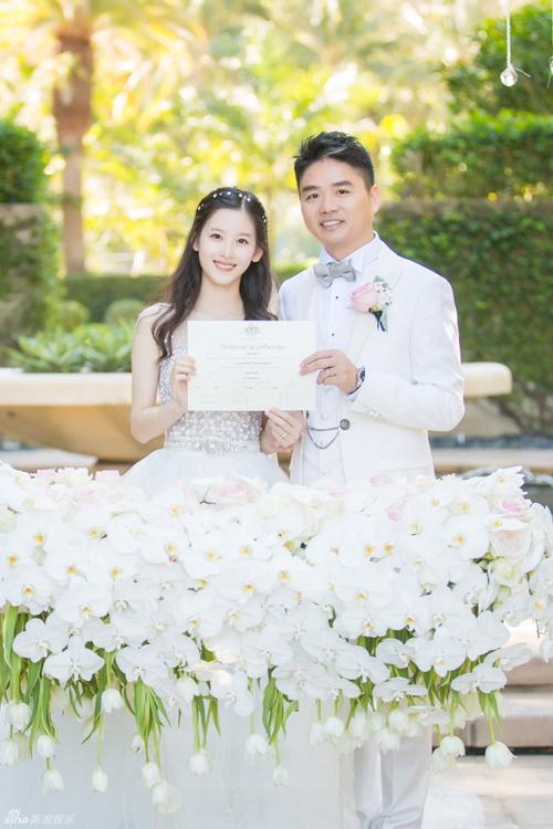 """""""Cô bé trà sữa"""" hạnh phúc bên đại gia 40 tuổi trong lễ thành hôn - Ảnh 1"""