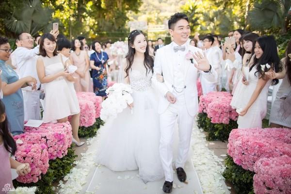 """""""Cô bé trà sữa"""" hạnh phúc bên đại gia 40 tuổi trong lễ thành hôn - Ảnh 2"""